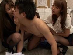 Frumos Busty Japonez Adolescent Gal Este Îndrăgostit De Pissing În Spatele Camerei